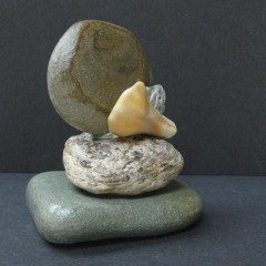 2miniatures made of shells/ ston